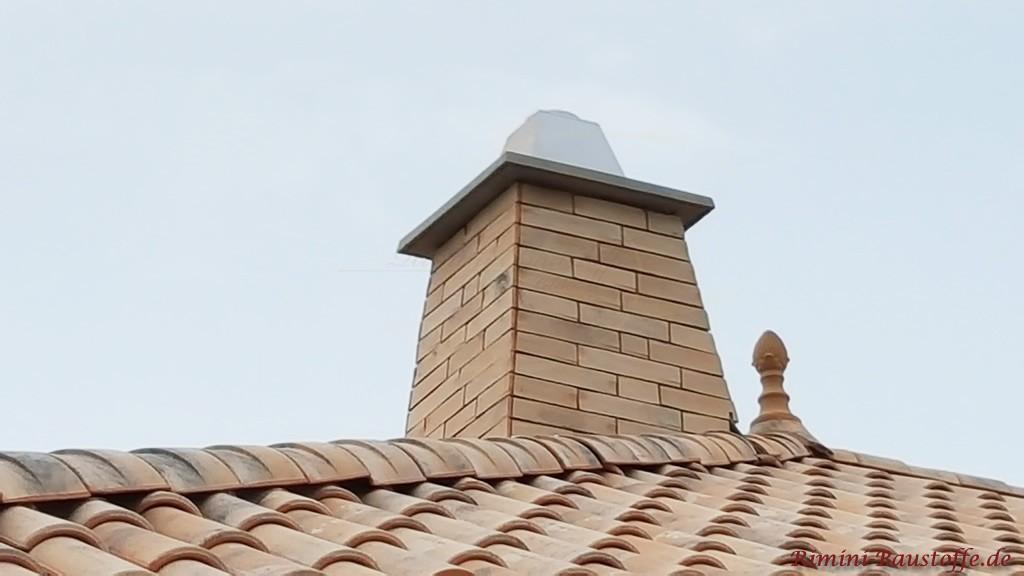 Schornstein passend zur Dachziegelfarbe verkleidet