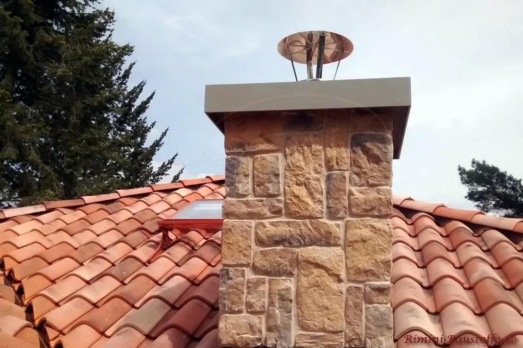romanischer Tondachziegel und ein mit Riemchen verkleideter Schornstein
