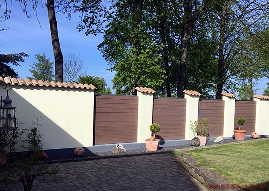 Moderne Gartenmauer mit gemauerter Pfeilern und Sichtschutzzaeunen