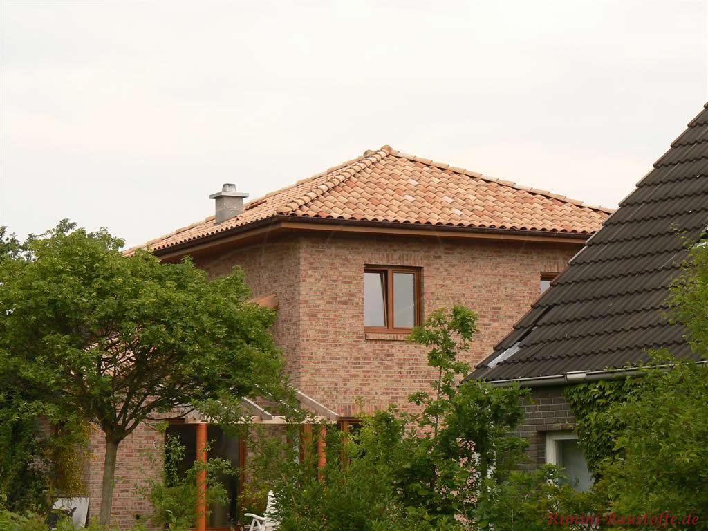 Klinkerbau mit Doppelgeschoss und Zeltdach