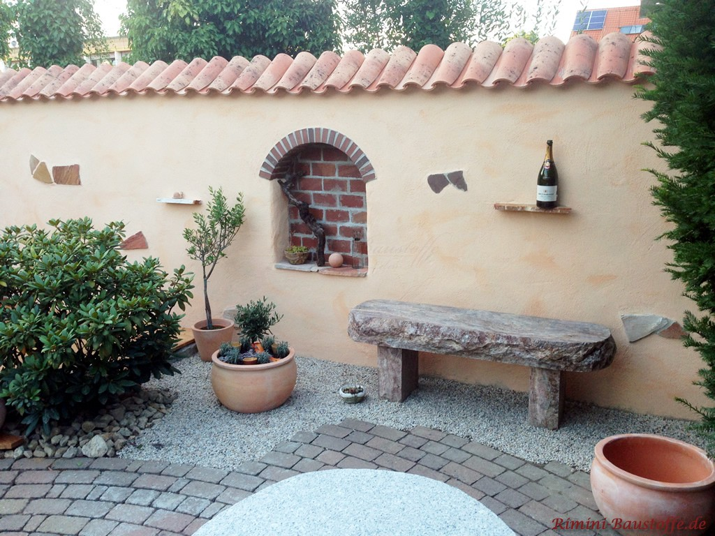 mediterane Gartenmauer mit Moench Nonne Abdeckung