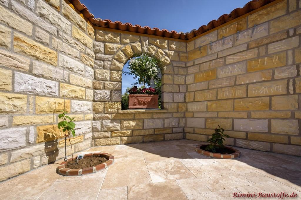 mediterran gestaltete Mauer mit grossen angedeuteten Fenstern