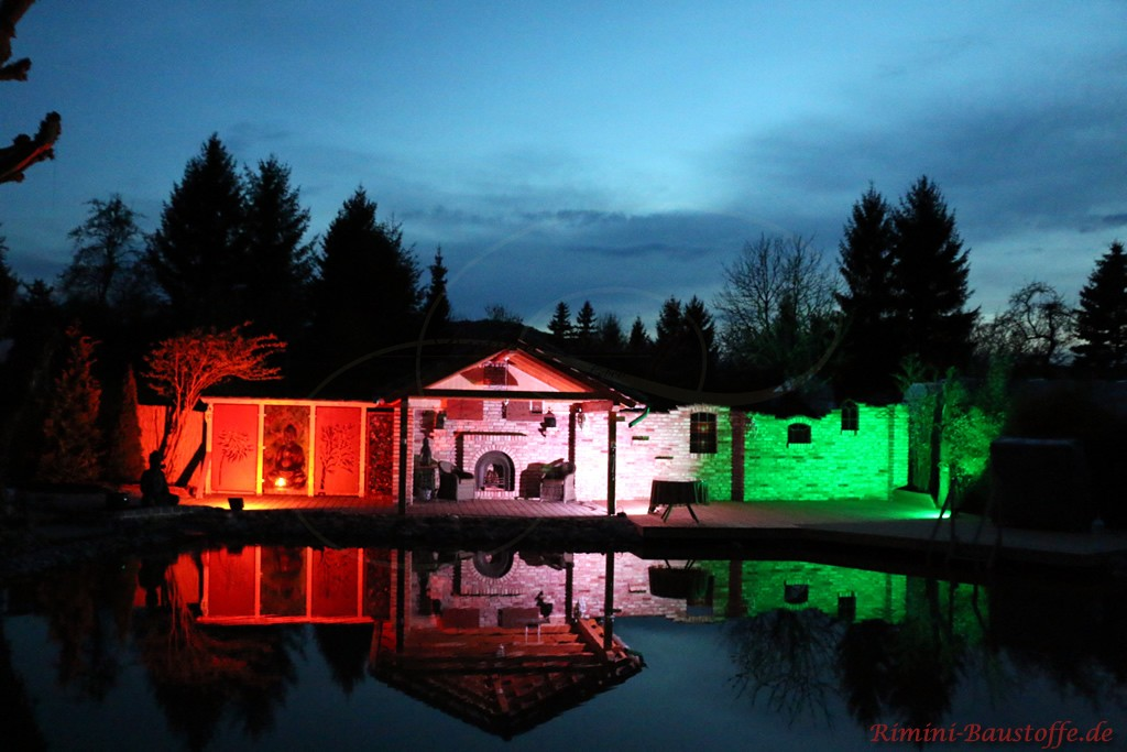 Beleuchtung in verschiedenen Farben an einer Mauer