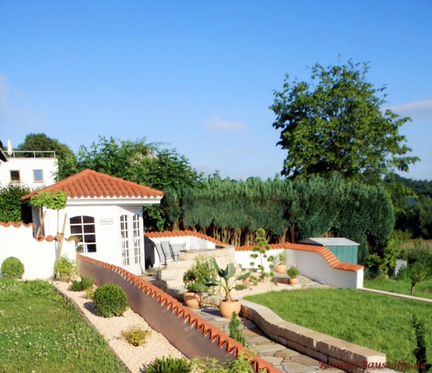 Mauer und Gartenhaus mit Moench Nonne Ziegeln gedeckt