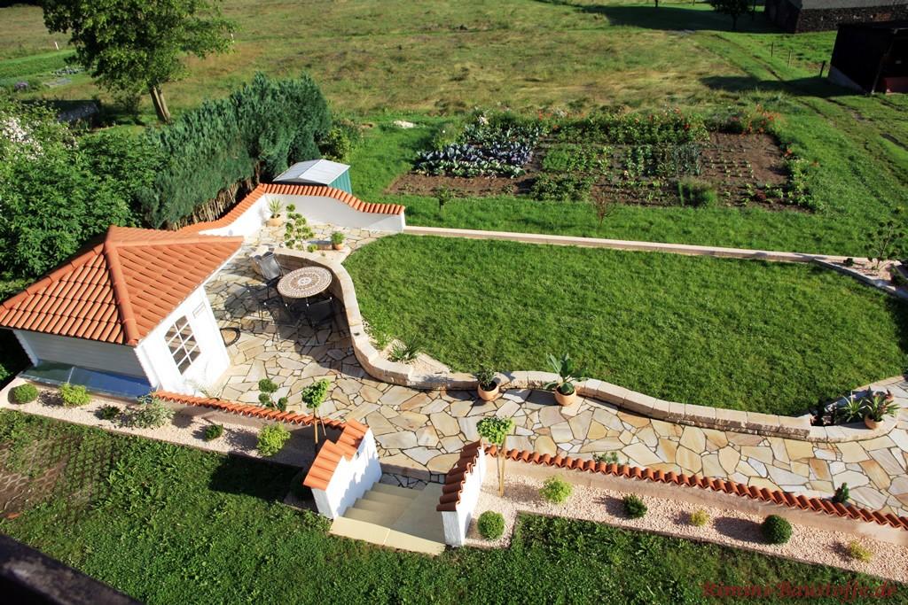 Gartenanlage liebevoll gestaltet mit Moench Nonne Halbschalen