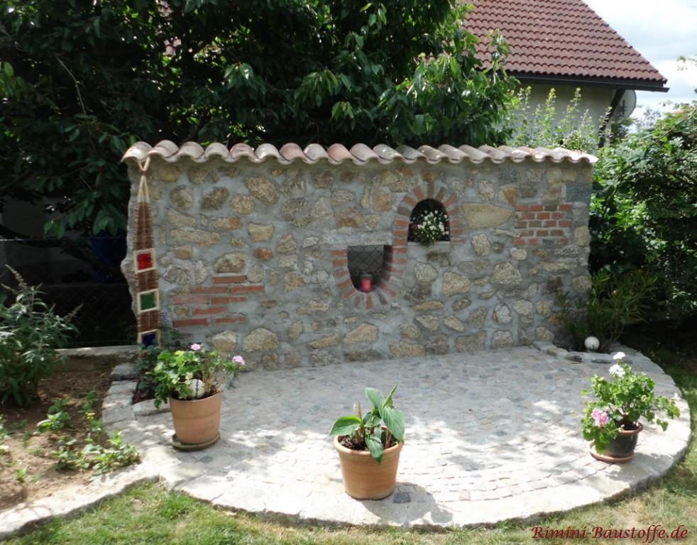 Feistehende Mauer mit Halbschalen gedeckt