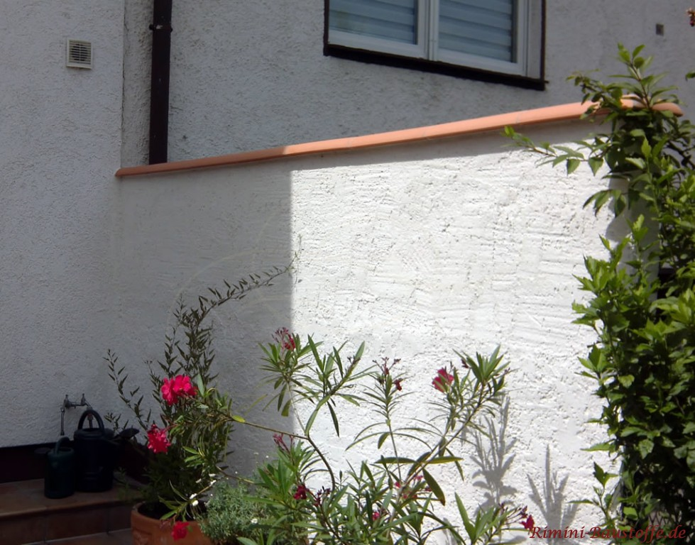 diese Mauerabdeckung aus Ton kann auch als Abstellflaeche benutzt werden
