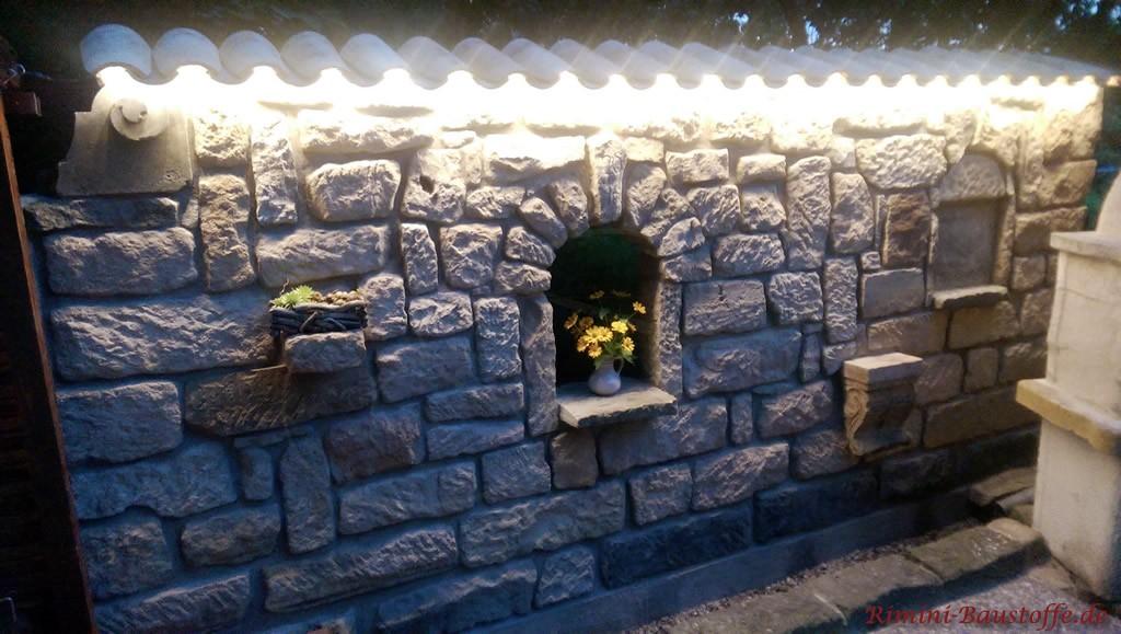 rustikale Gartenmauer mit Beleuchtung unter der Abdeckung