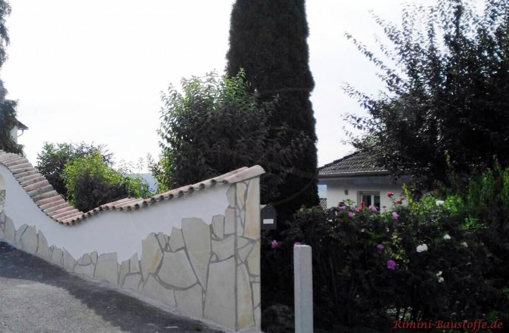 geschwungene Gartenmauer halb Putz habe Naturstein