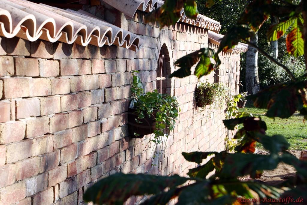 rustikaler Klinker bei einer Gartenmauer