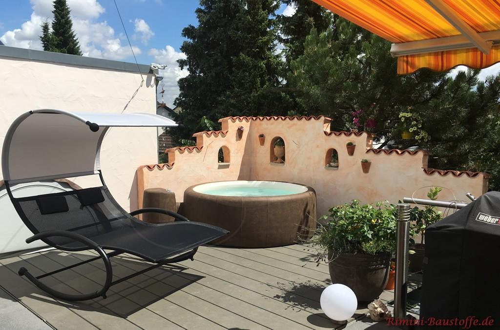 Wellnessoase auf der Terrasse mit Whirlpool