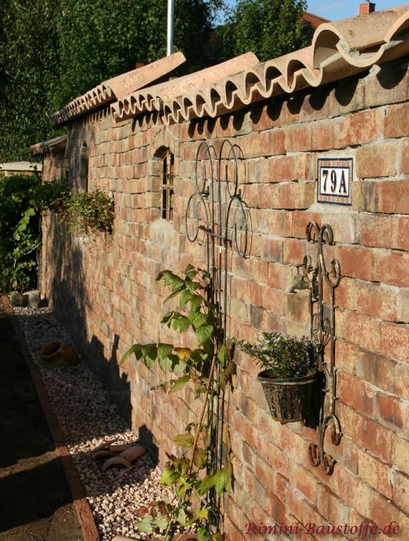 Gartenmauer mit rustikalem Ambiente