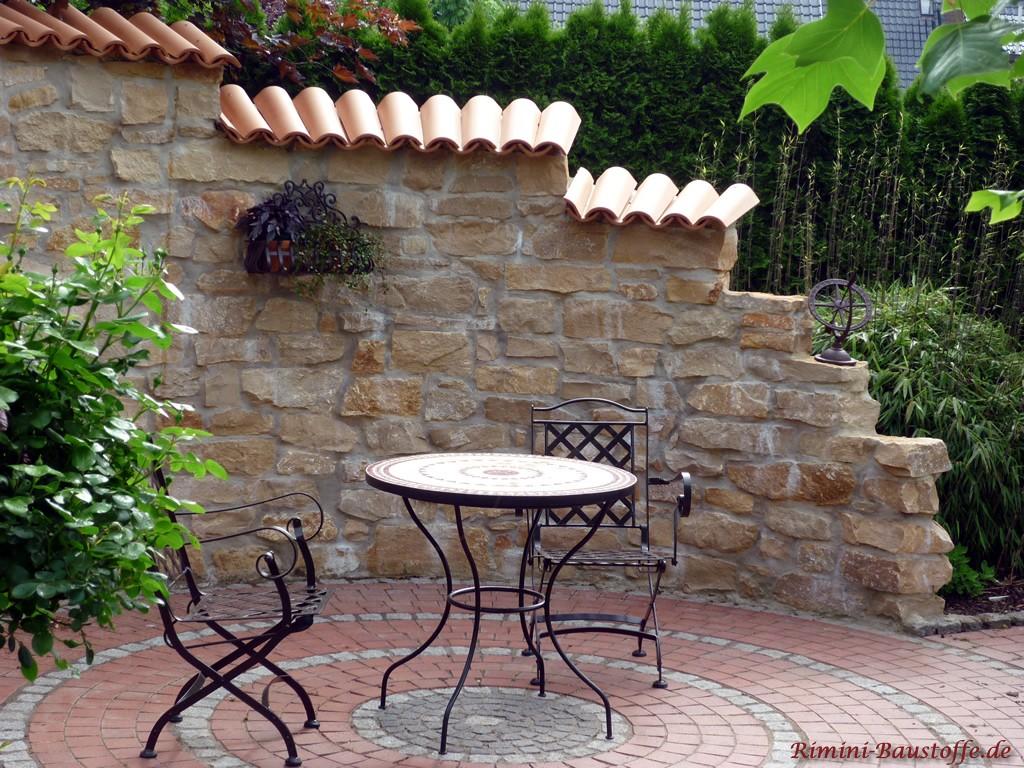 helle Halbschalen auf einer Natursteinmauer
