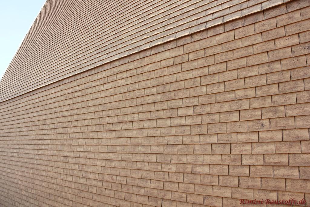 Fassade und Dach einheitlich mit Schindeln verkleidet
