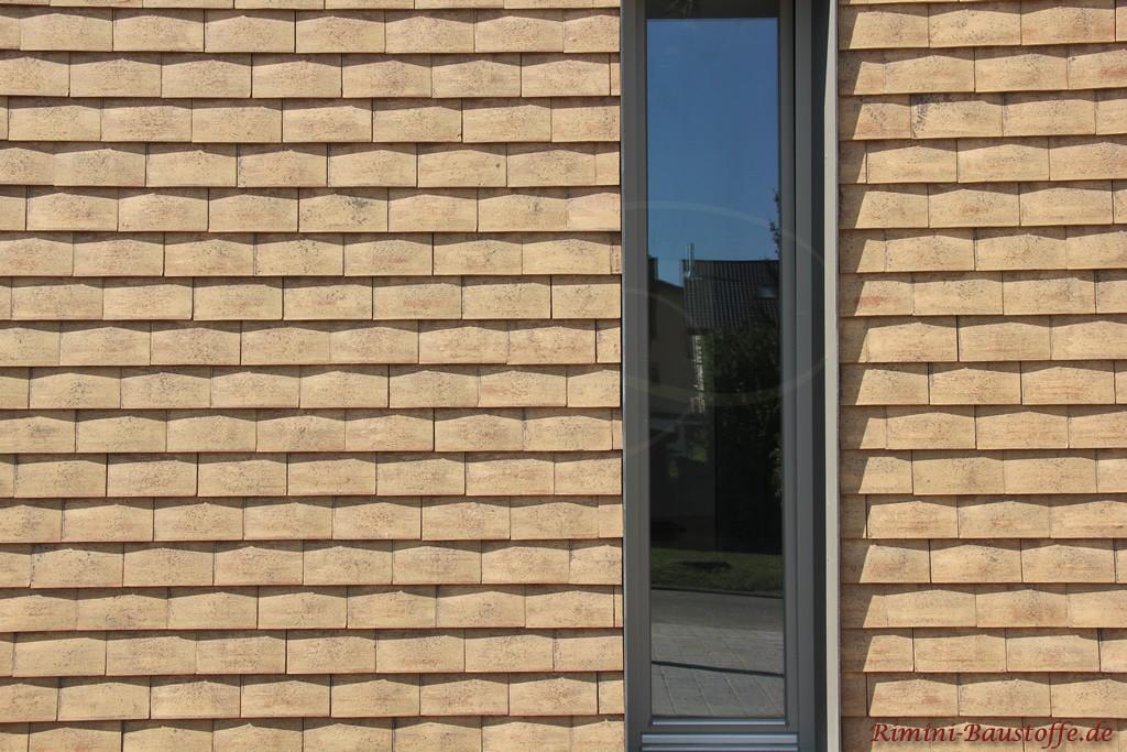 Schindeln senkrecht an der Fassade verarbeitet