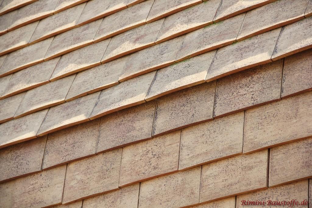 hier schoen zu sehen der Uebergang von Fassade zu Dach