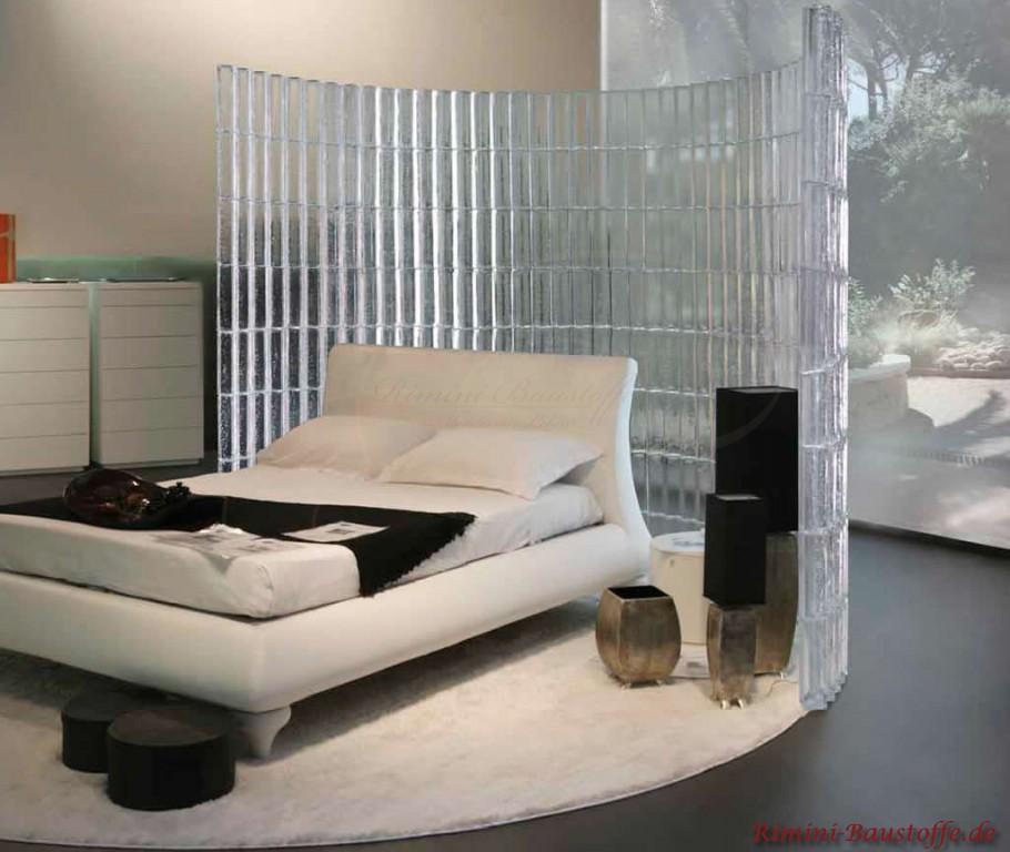 Hier wird das Bett eingehuellt in eine Glaswand im Halbkreis