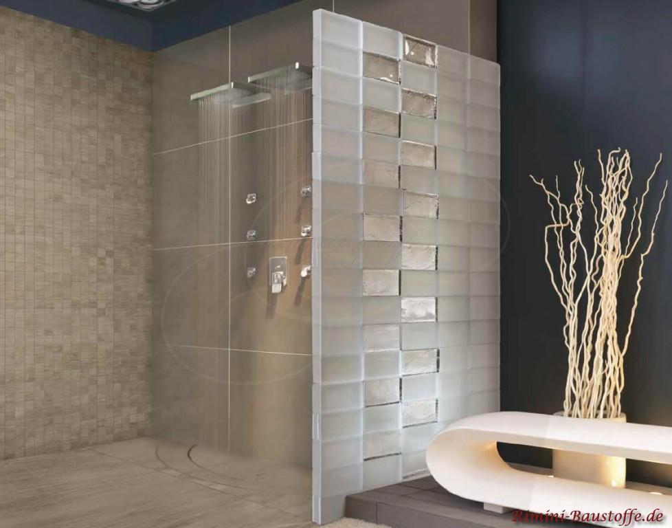 Duschwand aus modernen Glasbausteinen