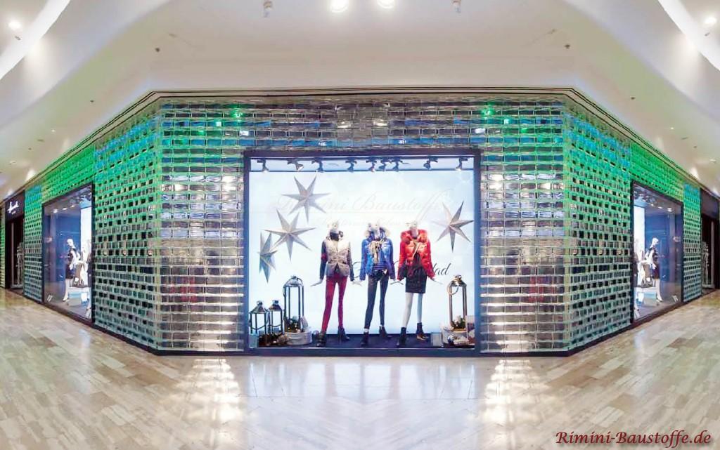 Fassade eines Modegeschaeftes aus Glassteinen
