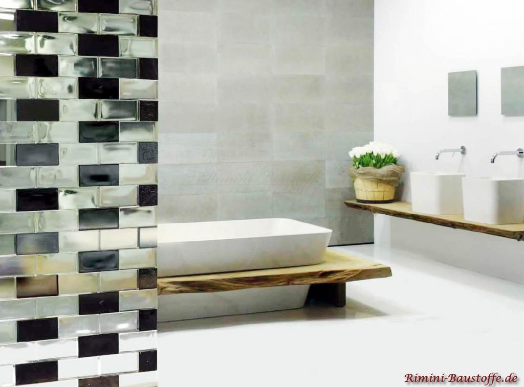 Sichtschutzwand im Bad aus neutralen und anthrazitfarbenen Glasbausteinen