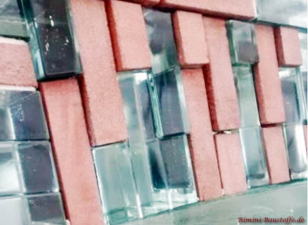 hier wurden Glaselemente mit in die Klinkerfassade eingebaut
