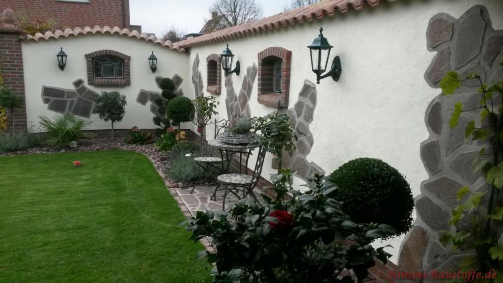 geschwungene Gartenmauer mit Moench Nonne Halbschalen gedeckt