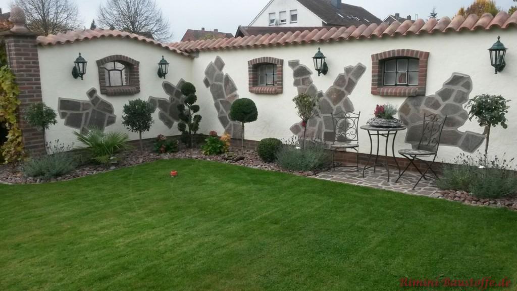 verputzte Gartenmauer mit Natursteinelementen
