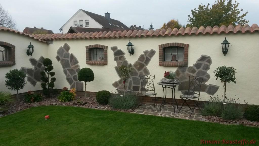 liebevoll gestaltete Gartenmauer
