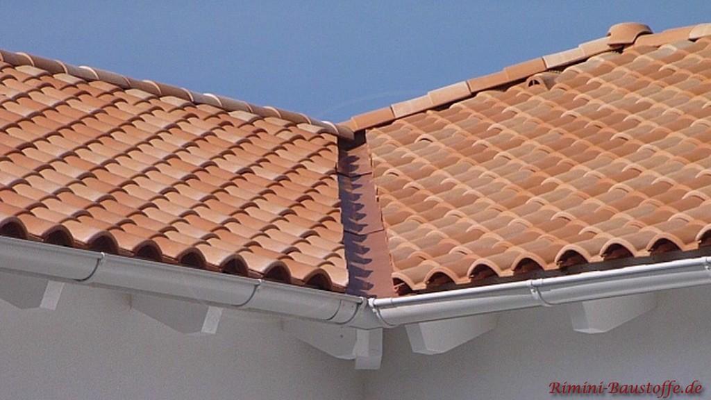 Nahaufnahme einer Kehle bei einem romanischen Dachziegel