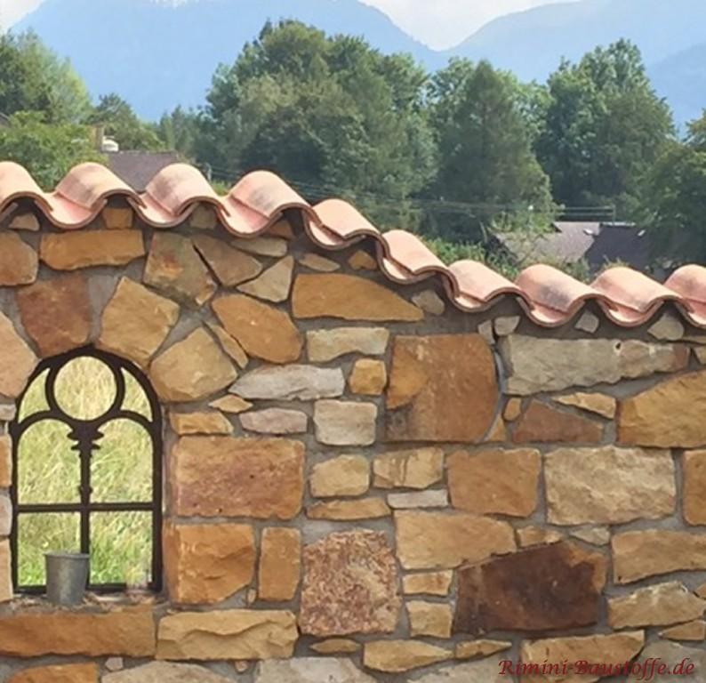 Gartenmauer in Naturstein mit grauer Fuge