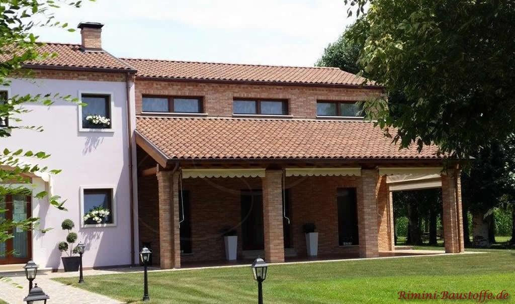 Doppelgeschossiges Haus mit Satteldach und Pultdach als Vordach
