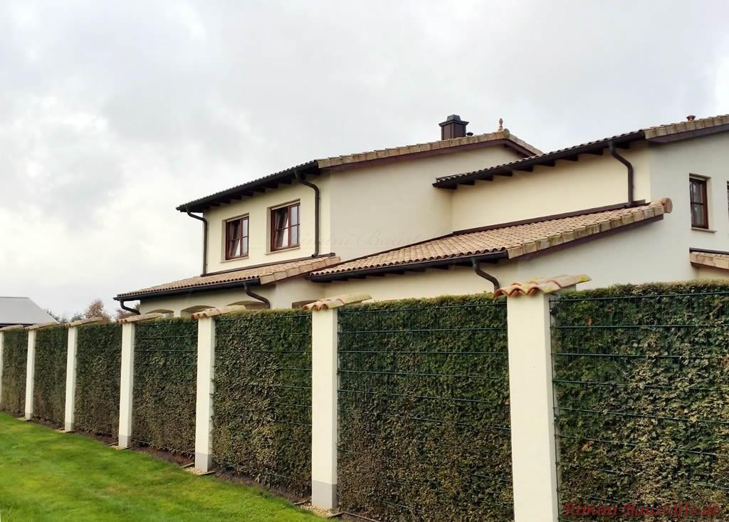 Pfeiler und Dach mit den gleichen Ziegeln gedeckt