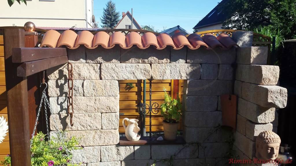 Betonmauersteine abgedeckt mit Moench Nonne Halbschalen