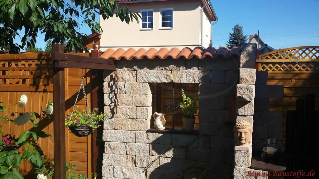 kleine Trennmauer mit extra kleinen Halbschalen abgedeckt