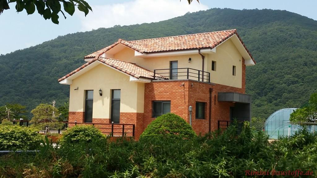 mediterranes Haus mitten im Gruenen