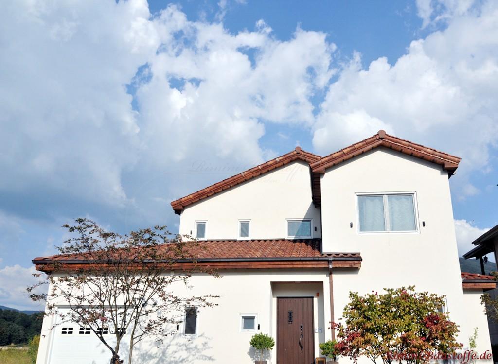 strahlend weisse Putzfassade und ein braeunlicher Dachziegel aus Frankreich