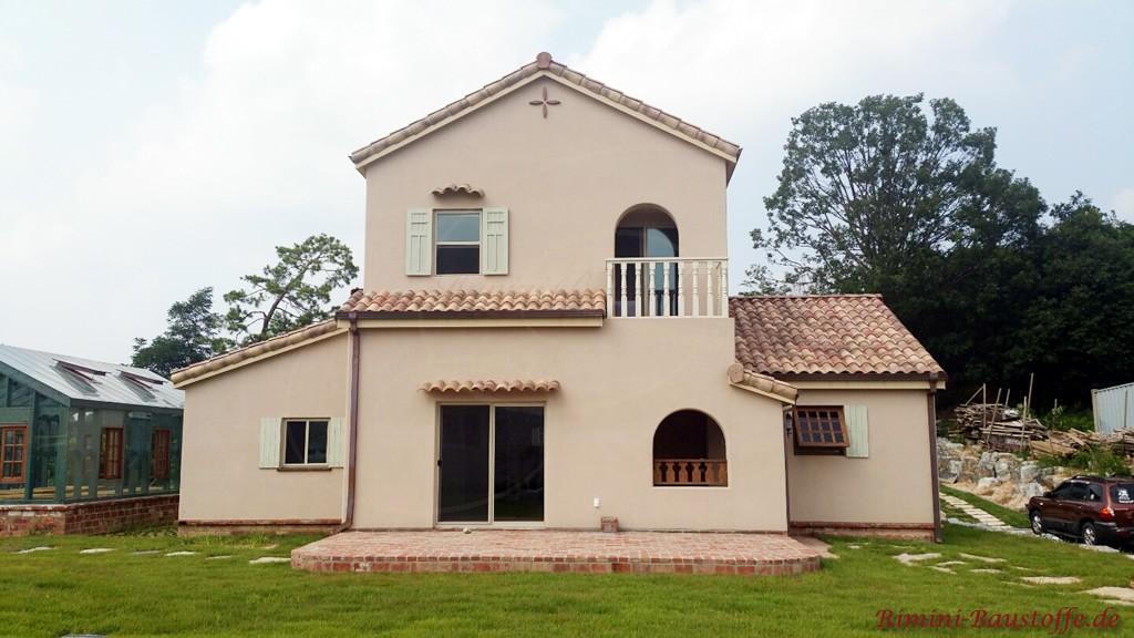 Dachziegel und Putzfassade harmonieren farblich sehr gut