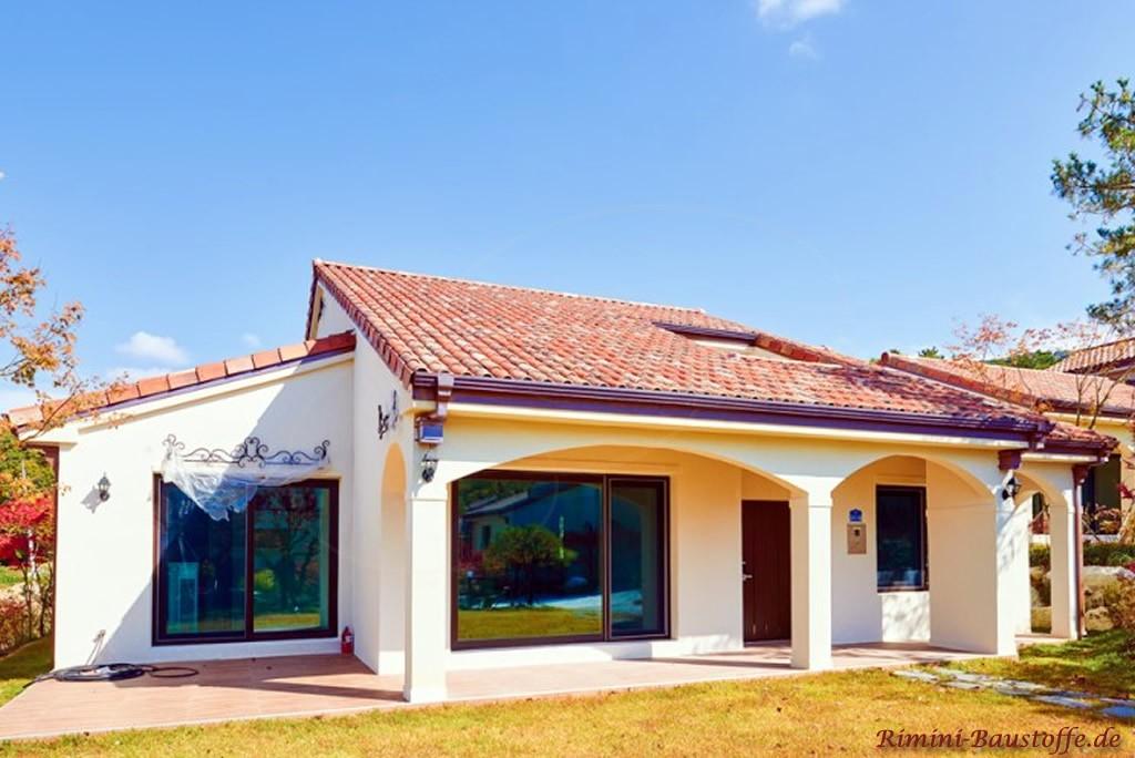 Bungalowstil mit ueberdachter Terrasse