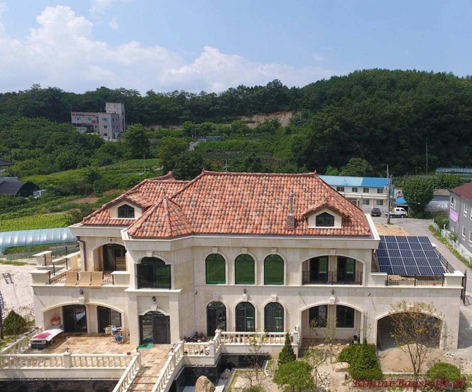 grosse Villa mit mediterranen Dachpfannen