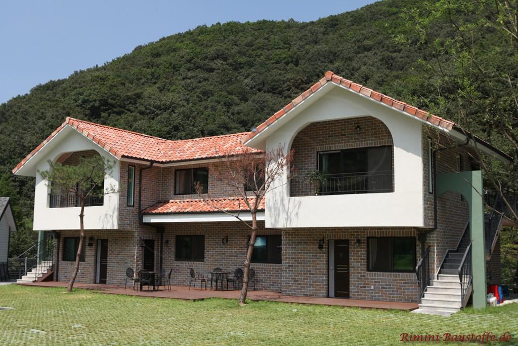 Landhaus mit zwei Balkonen