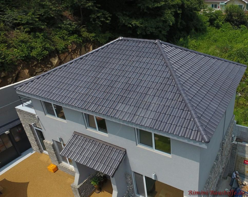 dunkle Dachpfanne und halbhohe Klinkerfassade