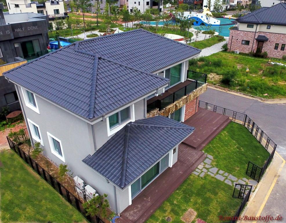 hellgraue Putzfassade und eine passende anthrazitfarbene Dachpfanne