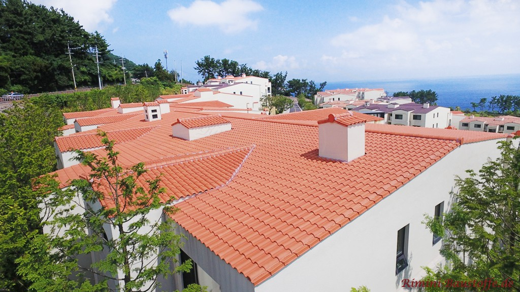 schoene strahlend rote Dachlandschaft mit geringer Dachneigung