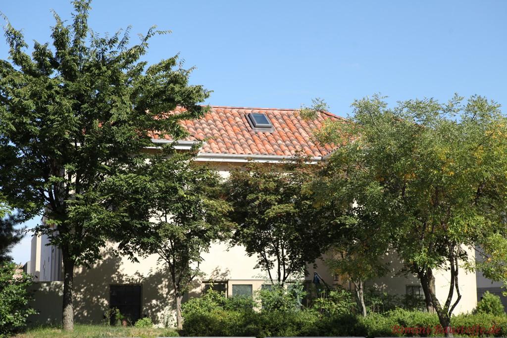 schoene rot changierende Dachpfanne