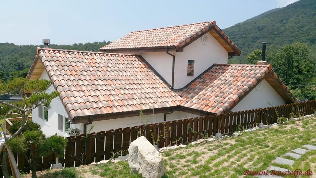 milde Dachziegelfarben passend zum schlichten Hausstil