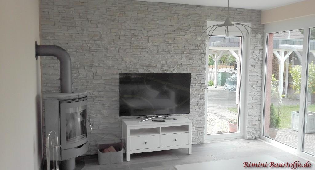 Wohnzimmerwand in grauer Natursteinoptik