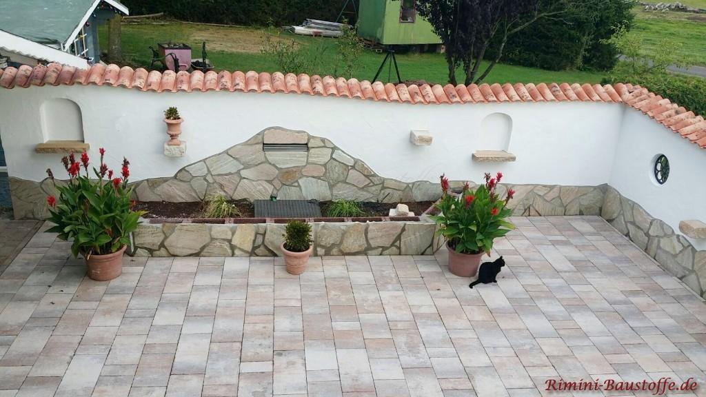 Gartenmauer mit Natursteinsockel und Mauerabdeckung
