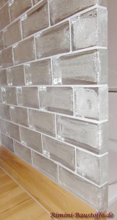 Silberne Glaselemente mit weisser Fuge