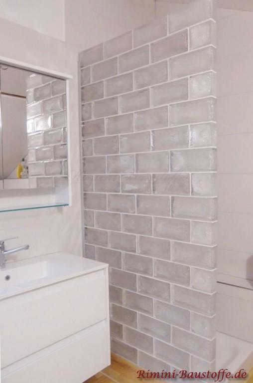 schoene helle Badezimmergestaltung mit Glaselementen