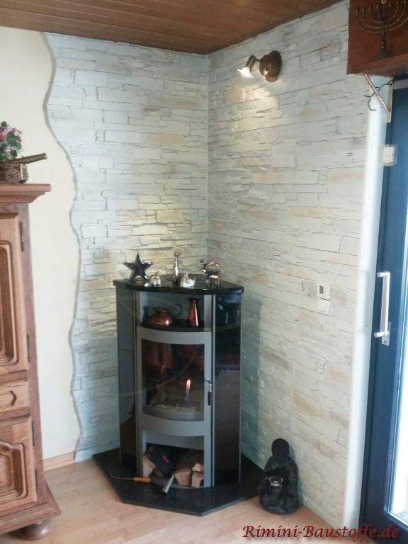 Paneele in einer Zimmerecke hinter dem Kamin